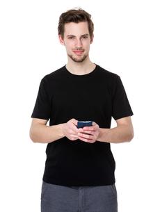 Caucasian man use of smartphoneの写真素材 [FYI00653672]