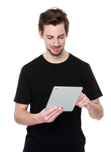 Young man holding a touch pad tablet PCの写真素材 [FYI00653673]