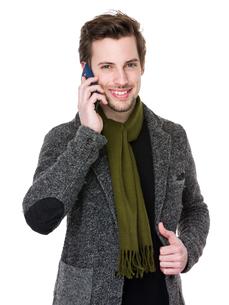 Caucasian man talk to mobile phoneの写真素材 [FYI00653679]