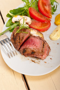 beef filet mignon grilled with vegetablesの写真素材 [FYI00653731]
