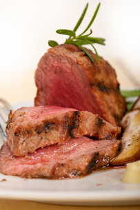 beef filet mignon grilled with vegetablesの写真素材 [FYI00653732]