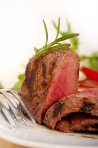 beef filet mignon grilled with vegetablesの写真素材 [FYI00653733]