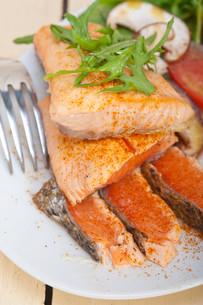 grilled samon filet with vegetables saladの写真素材 [FYI00653738]