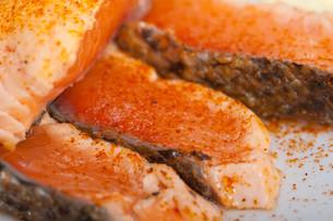 grilled samon filet with vegetables saladの写真素材 [FYI00653740]