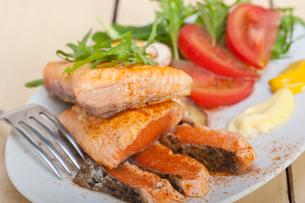 grilled samon filet with vegetables saladの写真素材 [FYI00653742]