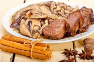 venison deer game filet and wild mushroomsの写真素材 [FYI00653745]