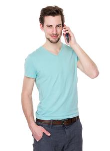 Caucasian man talk to mobile phoneの写真素材 [FYI00653779]