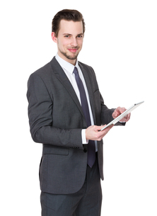 Casual Businessman Looking at a tabletの写真素材 [FYI00653789]