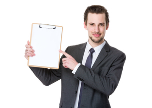 Confident businessman with clipboardの写真素材 [FYI00653790]