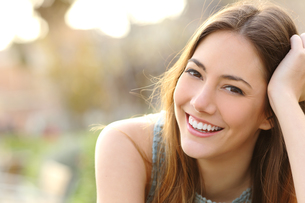 Girl smiling with perfect smile and white teethの写真素材 [FYI00653968]