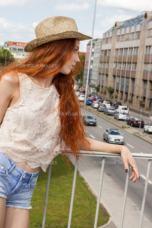 attractive young woman with long hair and straw hat outdoors rootenの写真素材 [FYI00654052]