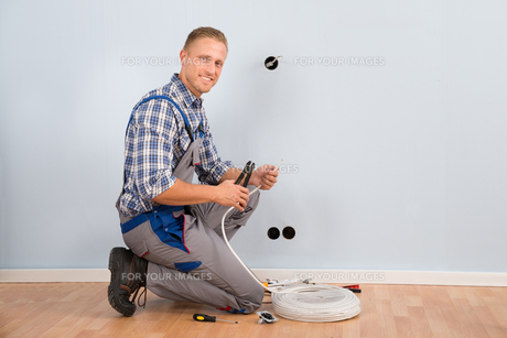 Electrician Stripping Wire In Houseの写真素材 [FYI00654071]