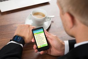 Businessman Filling Checklist Formの写真素材 [FYI00654077]