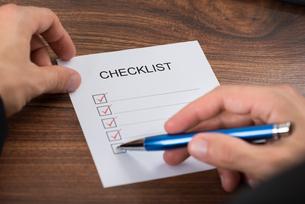 Person's Hand Filling Checklistの写真素材 [FYI00654084]