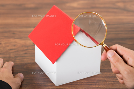 Person Hands With Magnifying Glass And Model Houseの素材 [FYI00654085]