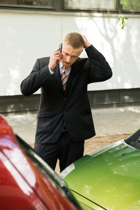Man Calling On Cellphone After Car Accidentの写真素材 [FYI00654111]