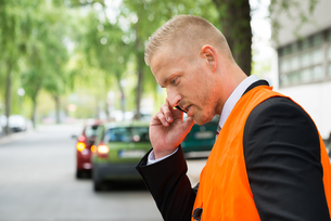 Man Calling On Cellphone After Car Accidentの写真素材 [FYI00654115]