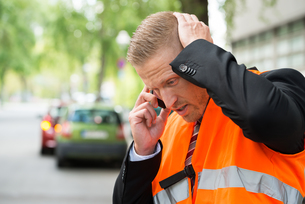 Man Calling On Cellphone After Car Accidentの写真素材 [FYI00654117]