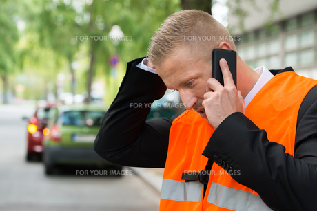 Man Calling On Cellphone After Car Accidentの写真素材 [FYI00654119]
