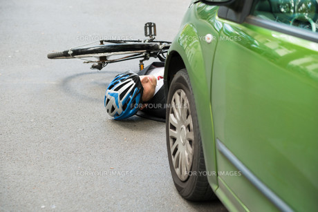 Male Cyclist After Road Accidentの写真素材 [FYI00654122]