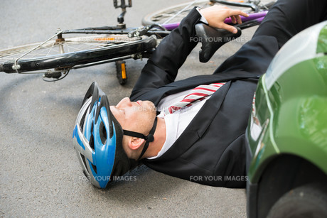 Male Cyclist After Road Accidentの写真素材 [FYI00654124]
