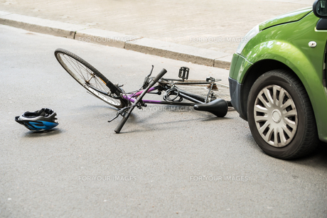 Bicycle After Accident On The Streetの写真素材 [FYI00654125]