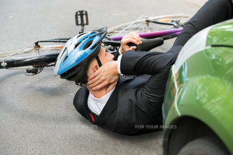 Male Cyclist After Car Accidentの写真素材 [FYI00654128]