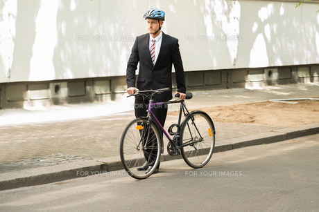 Male Cyclist With His Bicycle On Roadの素材 [FYI00654132]
