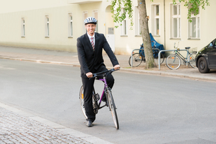 Happy Man In Suit Riding Bicycleの写真素材 [FYI00654138]