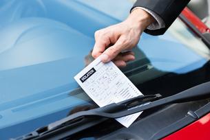 Parking Ticket On Car's Windshieldの素材 [FYI00654142]