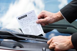 Parking Ticket On Car's Windshieldの素材 [FYI00654144]