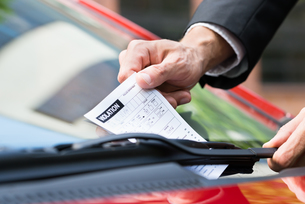 Parking Ticket On Car's Windshieldの素材 [FYI00654145]