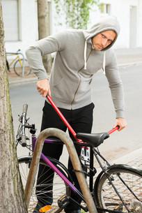 Thief Trying To Break The Bicycle Lockの写真素材 [FYI00654146]