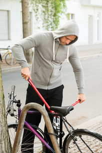 Thief Trying To Break The Bicycle Lockの写真素材 [FYI00654147]