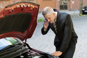 Young Man Calling Technical Car Serviceの写真素材 [FYI00654157]