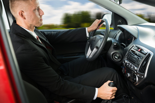 Confident Businessman Driving Carの写真素材 [FYI00654171]