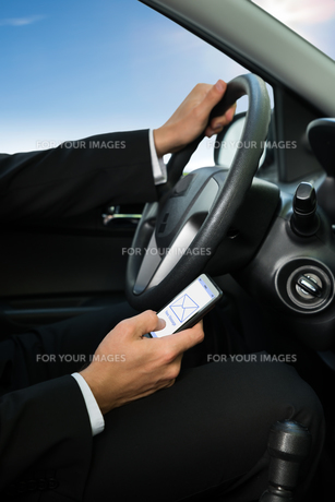 Man Texting While Driving His Carの写真素材 [FYI00654172]
