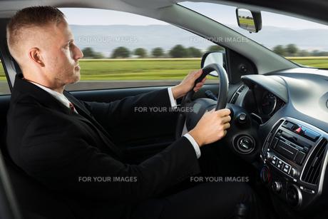 Confident Businessman Driving Carの写真素材 [FYI00654173]