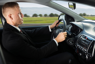 Confident Businessman Driving Carの写真素材 [FYI00654173]