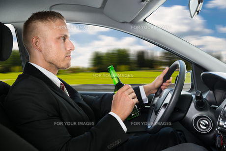 Man Drink's Beer While Driving Carの写真素材 [FYI00654178]