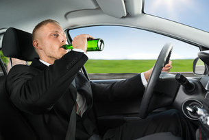 Man Drink's Beer While Driving Carの写真素材 [FYI00654181]