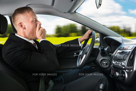 Businessman Yawning While Driving Carの写真素材 [FYI00654186]