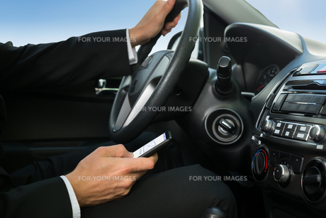 Man Texting While Driving His Carの写真素材 [FYI00654188]