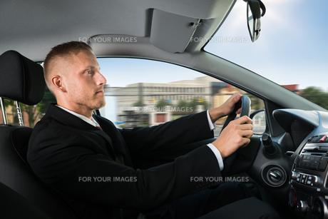 Confident Businessman Driving Carの写真素材 [FYI00654190]