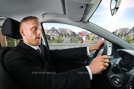 Shocked Businessman Driving A Carの写真素材 [FYI00654191]
