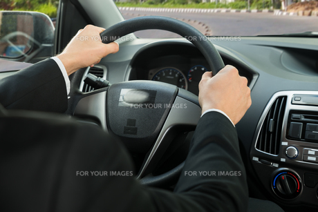 Close-up Of A Driver's Hand On Steering Wheelの写真素材 [FYI00654192]