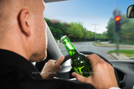 Businessman Drinking Beer While Driving Carの写真素材 [FYI00654199]
