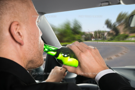 Businessman Drinking Beer While Driving Carの写真素材 [FYI00654202]
