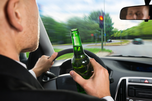 Businessman Drinking Beer While Driving Carの写真素材 [FYI00654203]