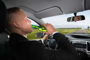 Businessman Drinking Beer While Driving Carの写真素材 [FYI00654204]